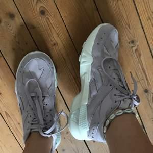 så sköna och så snygga sneakers från Reebok! använda en gång så skicket är som nytt! säljer pga för stor storlek. chunky sneakers modell och verkligen så sköna att gå i!😆 +köparen står för frakt