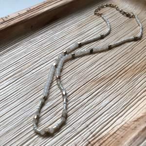 Oanvänt halsband från Boohoo med gulddetaljer, justerbart.🤍