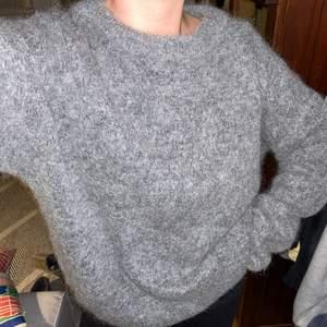 En jättefin och skön stickad tröja ifrån Acne! I mohair. Sitter fint och i jättebra skick, använt 2-3 gånger. Storlek M och jag är 173cm