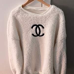 Säljer denna Vintage Chanel tröjan som jag köpte här på Plick för ca1 år sen. Den kan användas som en klänning eller som en tröja! Jättefin och mysig💛 Har ingen storlek men den är oversize! Kan mötas i Stockholm annars står köparen för frakt!⭐️