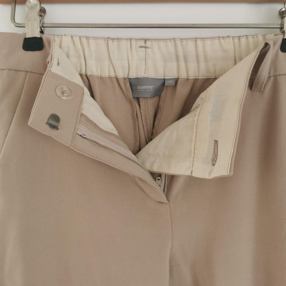 Beiga kostymbyxor från b.young, använda två gånger, nypris 499:-, strl xs, frakt ingår i priset ✨. Jeans & Byxor.