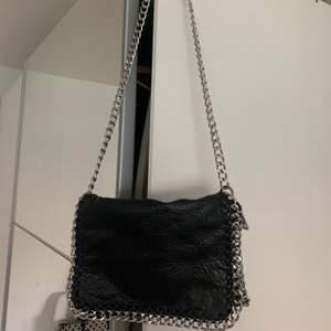Säljer min fina svarta kedjeväska från Scorett. Knappt använd! Nypris 500kr💖 Säljer för 100kr