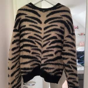 Säljer nu denna zebra tröjan från nakd, super mysig och knappt använd😀 bara att höra av dig vid frågor eller bilder☺️ Nypris 500.