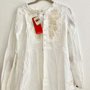 Säljer denna blus från Odd Molly, helt oanvänd med prislappen kvar. Storlek 1. Passar på mig och jag har storlek S. 🌸