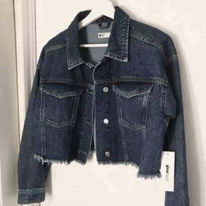 Super fin croppad jeansjacka som är slutsåld, från Gina Tricot! Storlek S och säljer pga. Jag har en annan jacka, och har inte har hunnit lämna tillbaka den. Helt oanvänd, med etiketter kvar. Nypris 499kr mitt pris 189kr, så ett riktigt kap! 💛