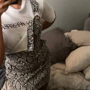 Hängsel kjol från en av Linn Ahlborgs kollektioner med NAKD, super snygg och går att styla på många olika sätt🤍🤍 storlek S