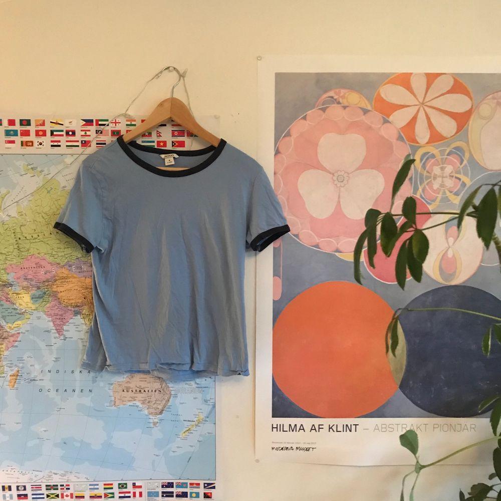 Fin ljusblå tröja med mörkblå kanter, superskönt material! Färgen stämmer mest överens med sista bilden.  Frakt ingår ❤️. T-shirts.