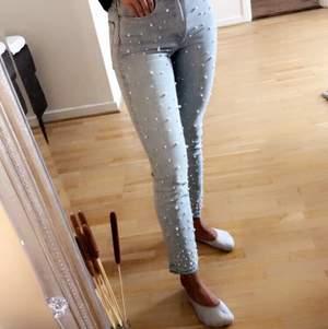 Svin coola jeans från H&M, bra skick! Storlek 26, 60kr + frakt. Priser kan sänkas vid köp av fler plagg