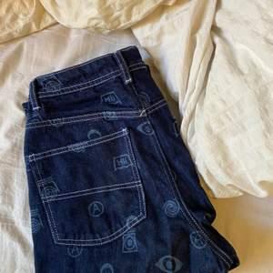 🌂☁️ säljer mina blåa jeans med tryck från asos, de är breda och långa ned till marken för mig som är 166cm (har sprätt upp de snyggt där nere vilket gör de längre) säljer för 150kr, köparen står för frakten 🥰
