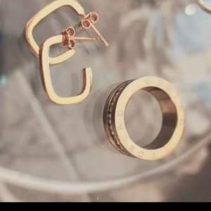 Ringen är 16,5, båda är rostfritt stål.