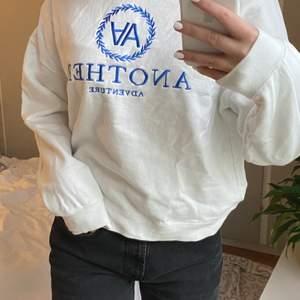 """sweatshirt i nyskick från """"new yorker"""". Storlek: XL, men sitter som en M Text: AA (Another Adventure) Buda från 150kr. Frakten ingår i slutpriset💓"""