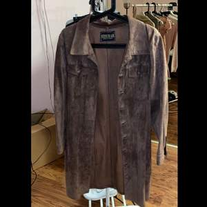 Mjuk och fin mocka jacka, äkta mocka, brun. Säljer pga den endast har hängt i garderoben