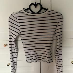En fin vit tröja med svarta ränder på från H&M. Använd ett par gånger. Storlek XS. 🥰. Säljer för 55 kr + frakt 🖤