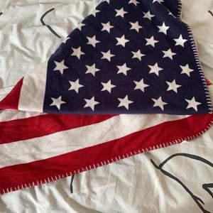Filt med USA-flaggan. Minns inte hur mycket den kostade. Ungefär 100x60cm (hade ingen linjal hemma). Frakt tillkommer annars kan jag mötas upp i Göteborg.