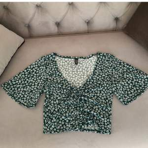 Säljer denna superfina blusen från hm i perfekt nyskick. Säljer då den inte riktigt är min stil. Lånad bild. Skriv privat för egna bilder eller om du har några frågor :) Storlek xs