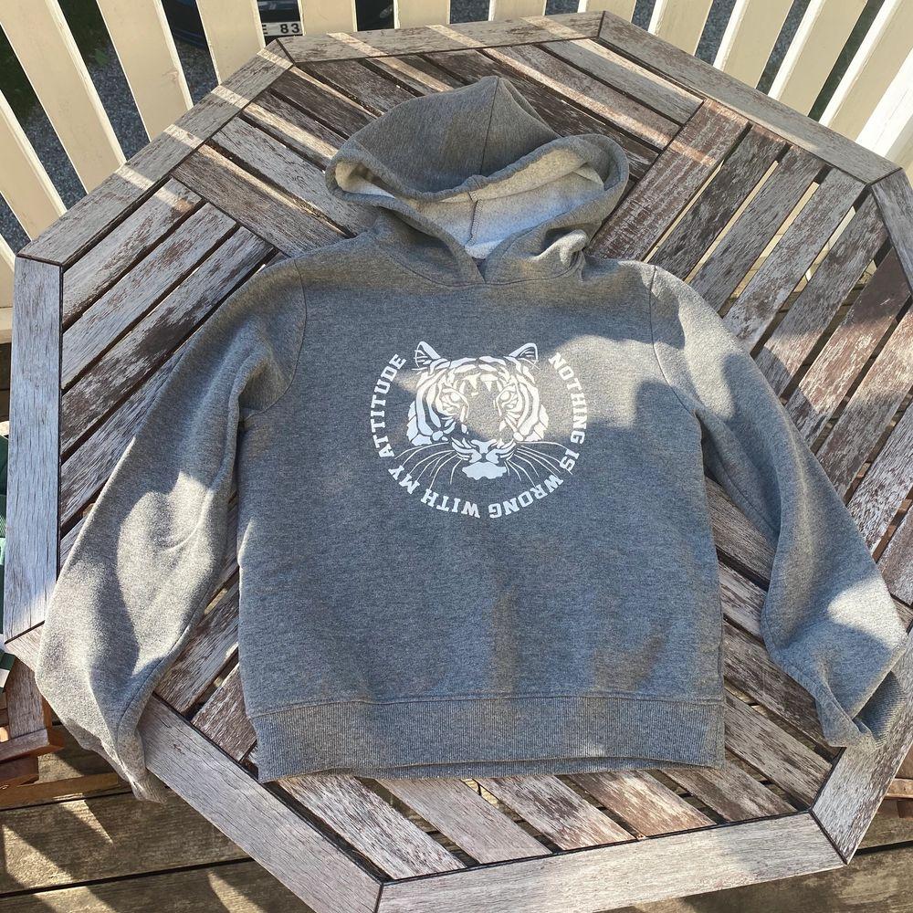 Snygg hoodie i superfint skick och knappt använd, luddig och mjuk insida. Pris kan diskuteras vid snabb affär!!🌸. Huvtröjor & Träningströjor.