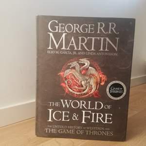 Historien om Game of Thrones världen. Läste de första sidorna bara. Som ny. Köparen står för frakten. Kontakta mig vid intresse