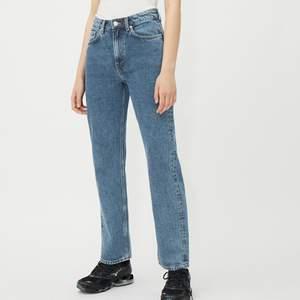 Jättefina voyage jeans från weekday i storlek 31/30. Använda men i mycket gott skick. Färgen är voyage standard. Frakt tillkommer🌸