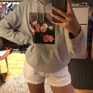 En ascool hoodie från H&M. Storlek M men den passa både större och mindre! Inte använt så mycket så i nyskick