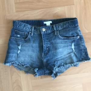 Ett par snygga jeansshorts från h&m i storlek 36. Dessa är för små för mig därför säljer jag dem! Bra kvalitet och snygg passform💙 Köparen står för frakten!