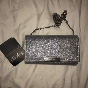 Jättefin kuvertväska med lappen kvar, från Zalando. Man kan stoppa in axelbandet om man vill hålla väskan med handen. Perfekt till bal, nyår, fest eller någon annan tillställning!🥳 Köparen står för frakt!📬