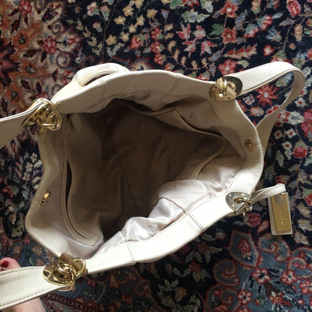 Väska i vitt äkta skinn från Calvin Klein. Toppenskick! Köpt på tradera men aldrig använd. Köparen betalar frakt! . Väskor.