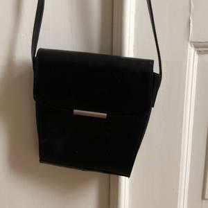 Svart handväska i fejk skinn material