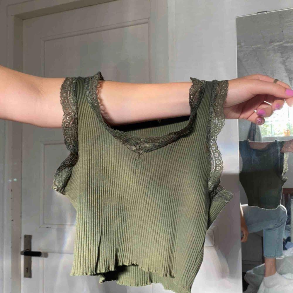 BUDGIVNING I KOMMENTARERNA Snyggt linne med spets funkar som en magtröja till S köpare står för frakt 22kr . Toppar.