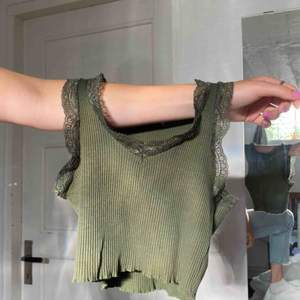 BUDGIVNING I KOMMENTARERNA Snyggt linne med spets funkar som en magtröja till S köpare står för frakt 22kr