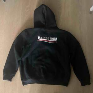 Balenciaga hoodie nypris 650 euro. Säljes pga att jag inte använder den längre. Jättefint skick! Har inget kvitto för mitt ex köpte den till mig.
