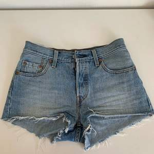Jag säljer dessa jättefina shorts från Levis. Använda ett fåtal gånger under en sommar så de är i jättebra skick! De är storlek 25 på dem. Frakten ingår i priset