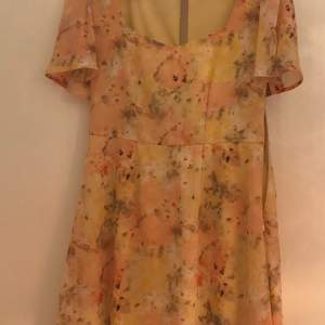 Säljer min klänning från Nelly som jag använt en gång pga. färgen inte passade mig. Fin och somrig klänning. Inköpt under juli 2019.