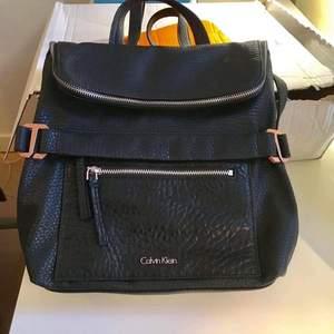 Calvin Klein  💯👈äkta Säljer svart ryggsäck Pris750kr. Jag köpte på Internet Zalando (nypris1400kr). Frakt 80kr