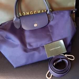 Äkta Longchamp väska. inköp i Paris, nytt skick..blå färg ((nypris1800kr.))