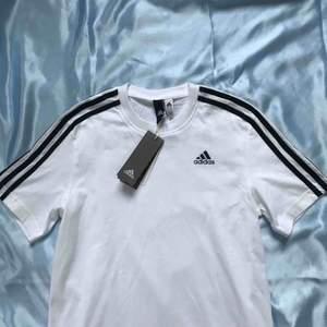 """Helt oanvänd Adidas-tröja med """"Paris Hilton"""" tryckt på ryggen. Frakt betalas av köparen 🌸"""