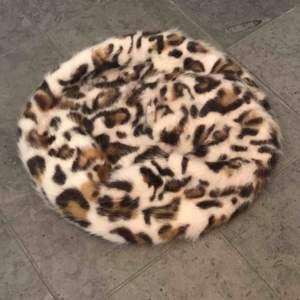 Cheetah-tryck basker, bra skick, 50kr utom frakt