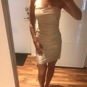 Champagnefärgad figursydd kort klänning i 100% siden. Passar perfekt till studentskivor eller bröllop :)
