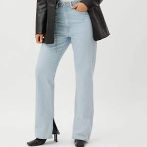 Säljer dessa snygga jeans som ej kommer till användning, i super bra skick, knappt använda! Köparen står för franken
