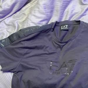 En grå aktig EA7 emporia armani t-shirt, använd 1-2 gr därför säljer jag den! Köptes för 649kr på jd sports i Stockholm