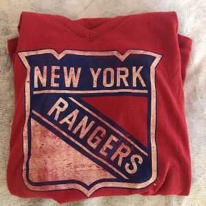 New York Rangers tröja som är köpt i Madison Square Garden i New York💖 tröjan är i bra skick