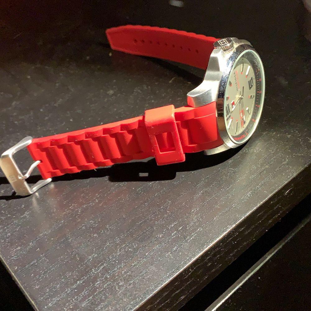 Tommy hilfiger klocka med rött gummi. Väldigt bra skick. Passar till allt . Accessoarer.