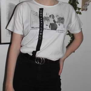 Cool T-shirt köpt på Zalando i storlek M. Bara använt en gång och därför säljer jag den nu. Frakt ingår i priset 🥰