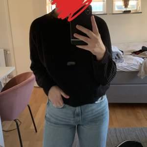 En stickad tröja från mango som nu har blivit något liten för mig. Det är storlek S men passar även xs skulle jag säga. Den är använd och har en lite urtvättad svart färg men annars är det inget fel på den. Priset är på 60kr exklusive frakt.