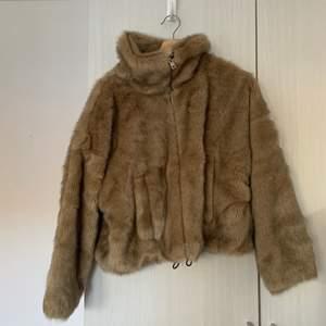 En pälsjacka i fuskpäls från Zara köpt förra året, i mycket gott skick. Frakt inkluderat i priset 🙌🏼