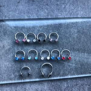 Olika piercing smycken från laboro lagret. Stavar, bananabell, ringar med kula, segmenteringar, hästskor med kula samt koner (andra tillbehör finns), labretter, navelpiecing smycken, örhängen, armband, halsband, berlocker, ringar och mycket mer. Finns i äkta silver, titan och kirurgiskt stål😊 hör av er vid köp o frågor. Smycken på bilden från 29kr