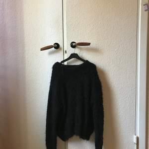 Säljer min svarta fluffiga tröja. Swipe för en bild där man ser materialet bättre. :)