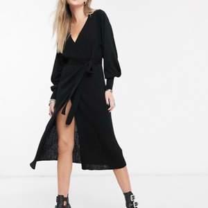 Supersnygg stickad klänning från Asos. Aldrig använd och kan inte skicka tillbaka då den är utsåld för svenska marknaden och fick en vän från UK att skicka den.