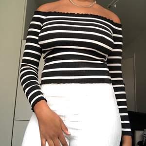 En off-shoulder top med horisontella linjer i svart och vitt simpel men fett snygg! Man kan enkelt klä upp den eller ha den med ett par jeans! Simpelt och najs! Från primark i stretchigt material