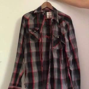 Skjorta från Jack & Jones. Normalt begagnat skick. 3 för 2 på denna!