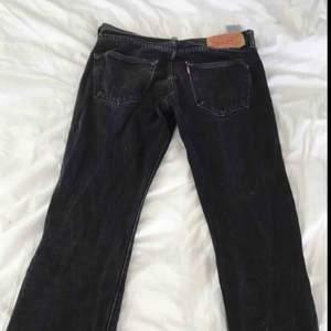 Ett par svarta Levi's jeans, storlek 32,32. Byxorna e straight men funkar som loose beroende på hur stora ben man har. Skick 3,5/5. Nypris 600